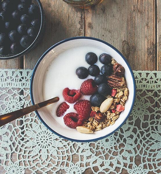 Kefir met granola en vers fruit